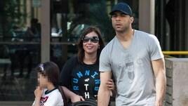 Alex passeggia con la famiglia in centro a Milano