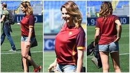 Claudia Gerini tifosa doc: all'Olimpico con i figli per salutare la sua Roma
