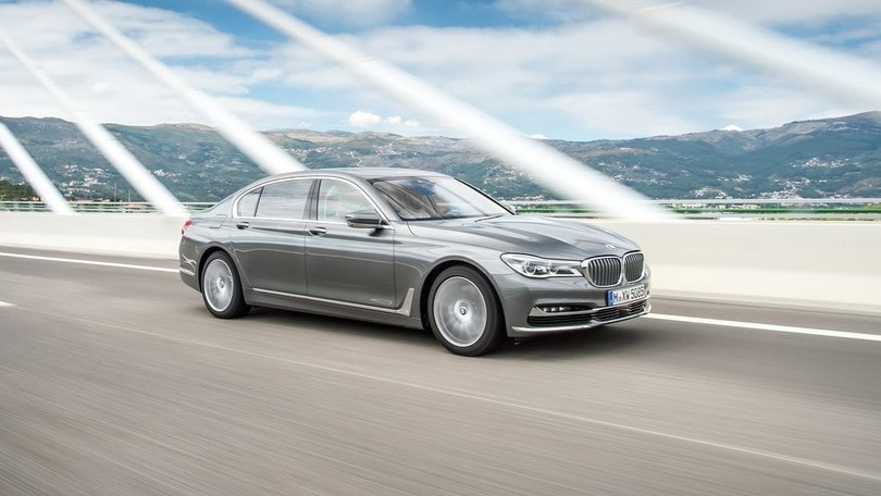 BMW, la Serie 7 con 4 turbo e le nuove M Performance