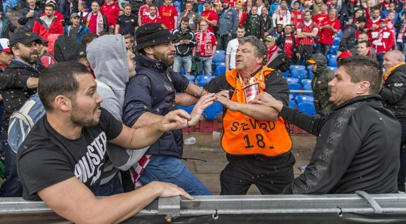 Maxi-rissa tra inglesi e spagnoli prima di Liverpool-Siviglia