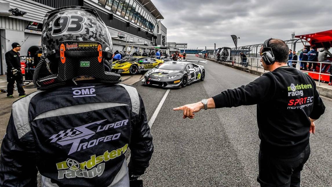 <p>Le spettacolari immagini del secondo round stagionale del Super Trofeo Europa di Silverstone, dove oltre 50 Huracan si sono date battaglia durante il week end, con Dennis Lind che ha vinto Gara 1 e Vito Postiglione che si è aggudicato la seconda manche.</p>