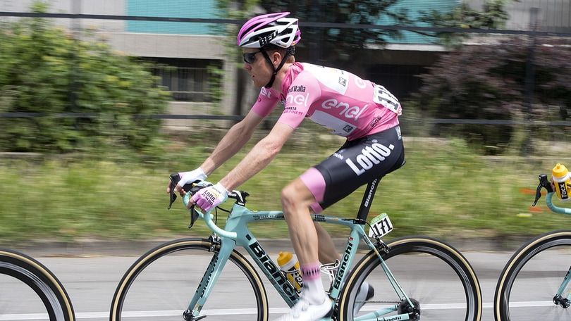 Giro d'Italia: cade la maglia rosa, a terra anche Zakarin
