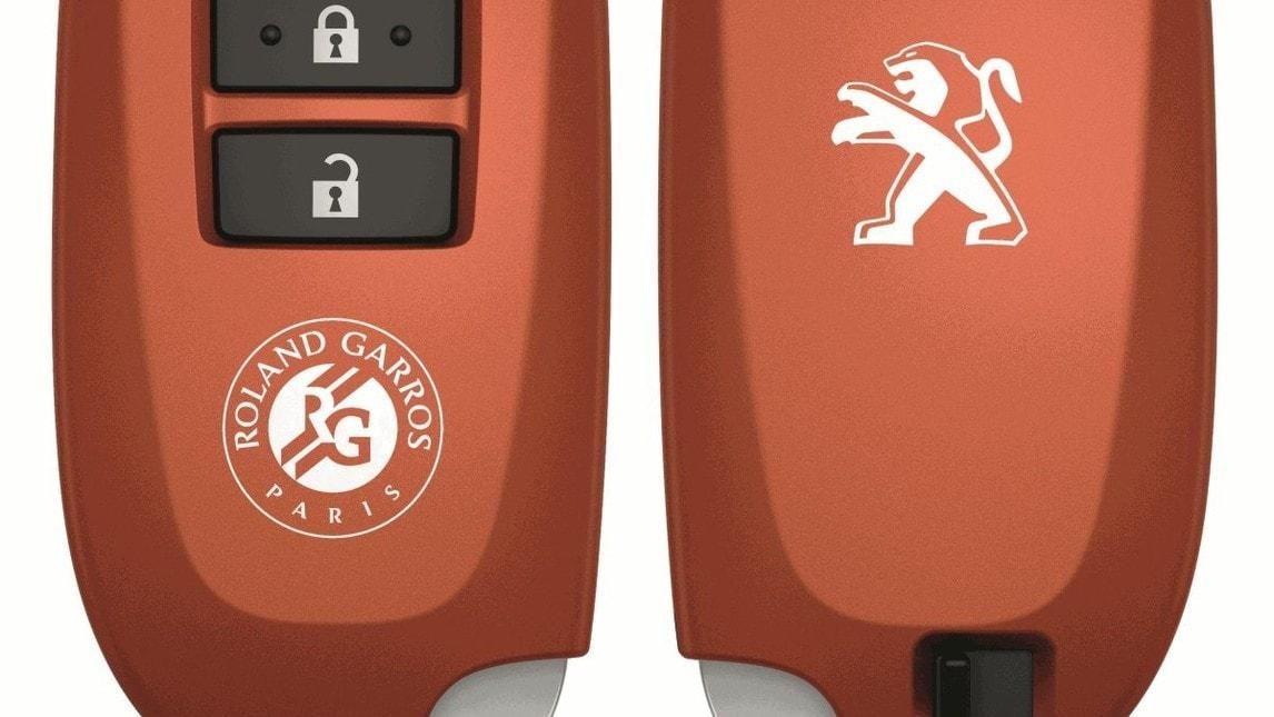 <p>Peugeot celebra gli Open di Francia con la serie speciale&nbsp;108 Roland Garros Top!, disponibile con carrozzeria cinque porte (Bianco Lipizan o Nero Caldera) e con motorizzazioni VTi 68 e PureTech 82, propone un allestimento alto di gamma caratterizzato da un equipaggiamento che integra quello gi&agrave; ricco della versione Allure Top! Con: Active City Brake, avviso di superamento involontario della linea di carreggiata, accensione automatica dei proiettori, climatizzatore automatico, Keyless System e, per la prima volta su 108, sistema di navigazione di serie. Una sola opzione: la retrocamera. Prezzi da 15.800 euro</p>
