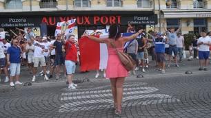 Arrivano gli hooligans? La tifosa francese non ha paura