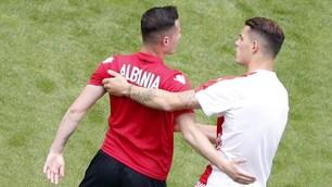 L'abbraccio dei fratelliXhaka prima del match