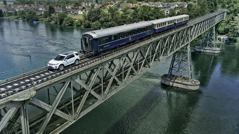 Land Rover Discovery Sport traina tre vagoni grazie alla guida semi-autonoma