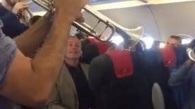 Alitalia: c'è Dossena a bordo, band suona l'inno di Mameli!