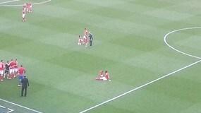 Galles, Bale fa festa in campo con la figlia