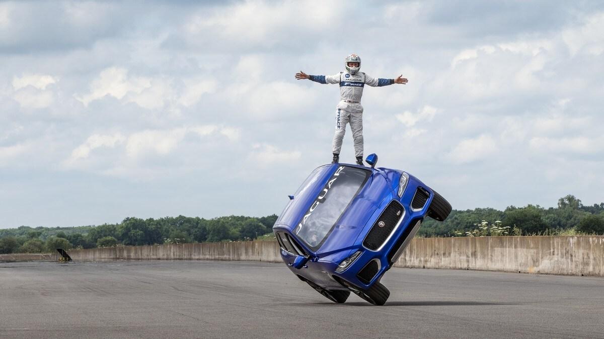 Jaguar F-Pace su due ruote: foto
