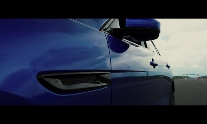 Jaguar F-Pace su due ruote a Goodwood