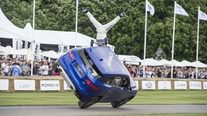 Jaguar F-Pace, la corsa su due ruote a Goodwood