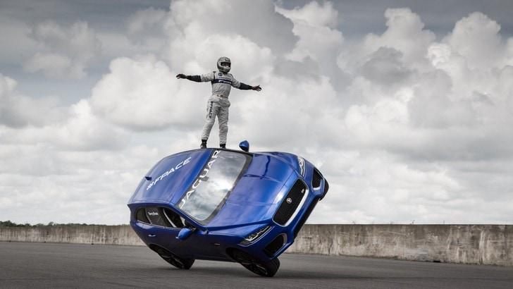 Jaguar F-Pace, l'acrobazia su due ruote a Goodwood
