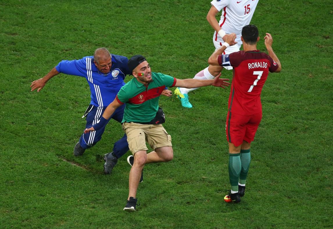 Polonia-Portogallo, l'invasore vuole abbracciare Ronaldo