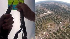 Il momento terrificante in cui il paracadute principale vola via ad alta quota