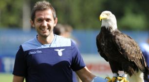 La Lazio si allena mentre Lulic e Radu si improvvisano falconieri