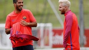 Barcellona, Messi biondo e Suarez scoppia a ridere