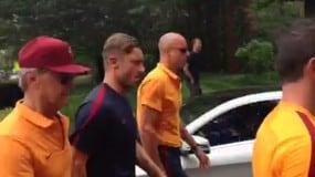 Roma, Totti e De Rossi a piedi all'allenamento tra l'entusiasmo dei tifosi