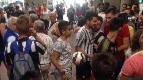 Tifosi Juve all'aeroporto di Caselle: cori per Higuain