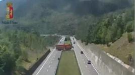 Il TIR fa inversione in autostrada, tragedia sfiorata sulla Cisa