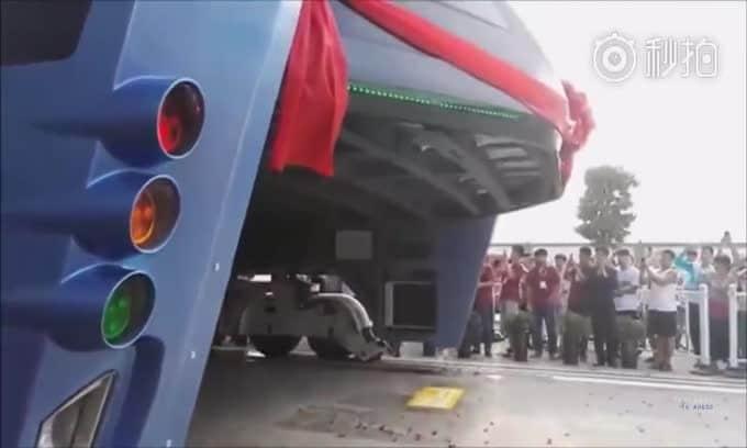 Il BUS rialzato che viaggia sopra il traffico e le auto