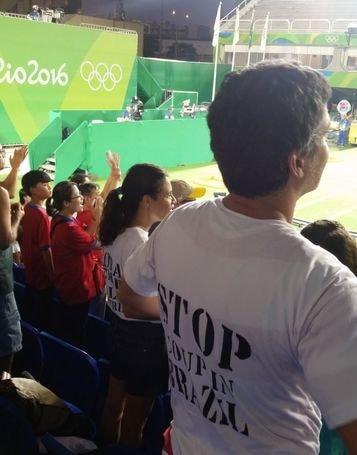 Rio2016: Arco. Tifoso protesta contro governo, allontanato con forza