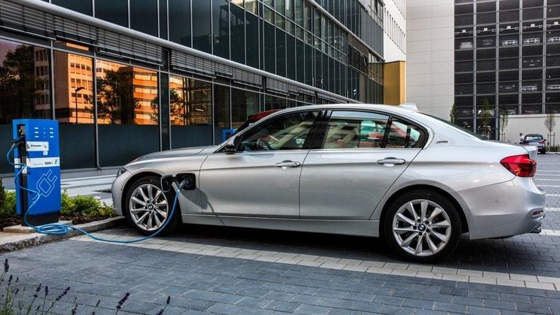 USA: BMW sfida Tesla con uno spot, perché attendere la Model 3?