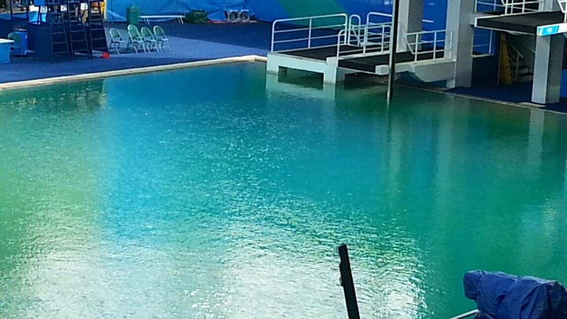 Olimpiadi l 39 acqua della piscina dei tuffi verde - Piscina olimpiadi ...