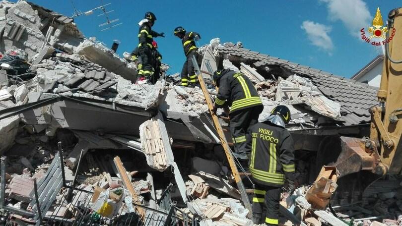 Sisma, oltre 250 morti. Si scava ancora tra le macerie