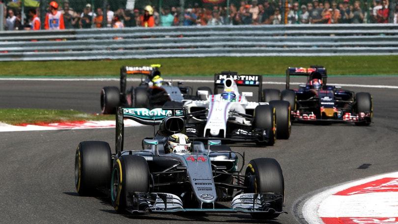 F1, Hamilton rimonta e vola in lavagna