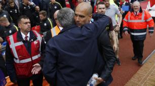 Premier League, derby di Manchester: l'abbraccio tra Mourinho e Guardiola