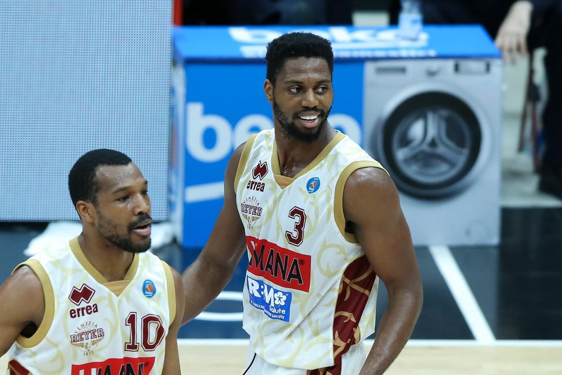Basket, Ejim esalta Venezia, Milano regola Lubiana