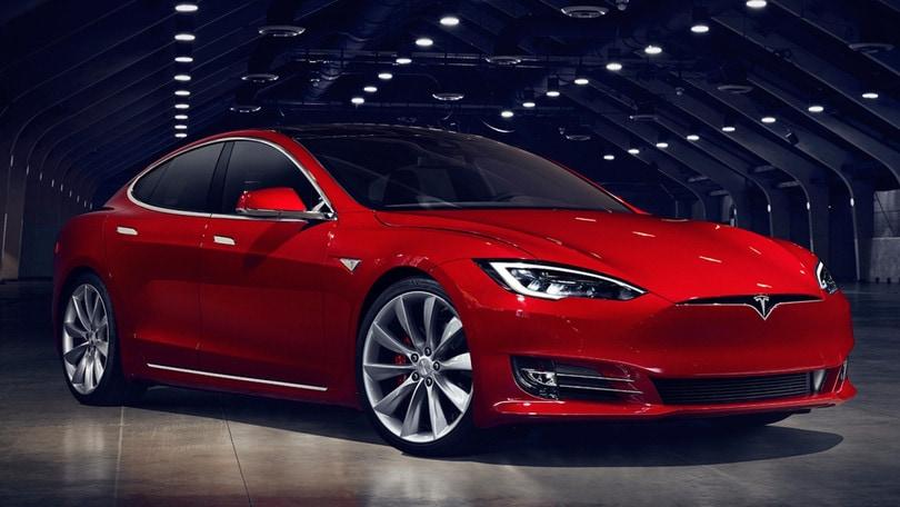 Tesla aggiorna l'Autopilot per renderlo più sicuro