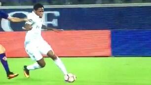 Il Milan furioso: contatto Tomovic-Adriano al 90', l'arbitro non vede
