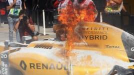 F1 Malesia, in fiamme la Renault di Magnussen