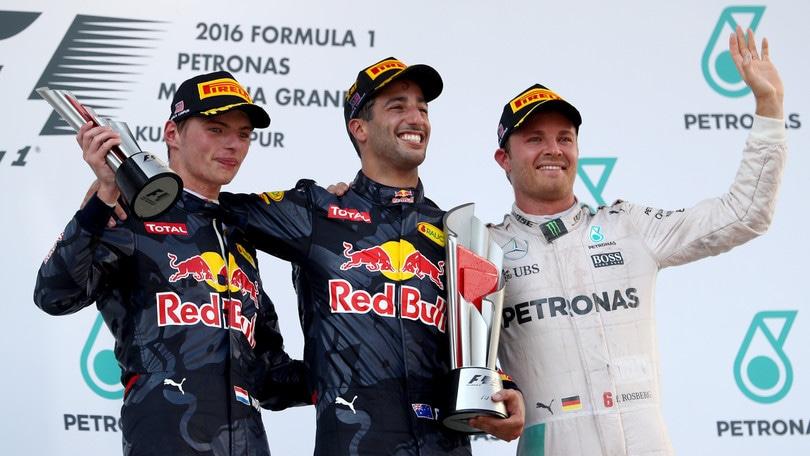 Vettel penalizzato per il contatto con Rosberg