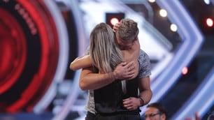 Grande Fratello Vip, Clemente Russo espulso abbraccia la moglie in studio
