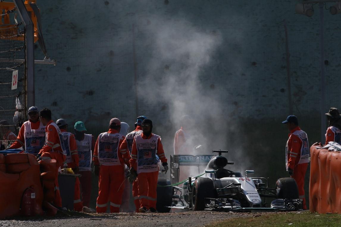 F1 Mercedes, rottura motore Hamilton a causa di un cuscinetto