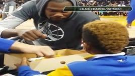 Pausa nachos con il giovane  fan per Kevin Durant