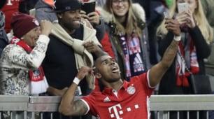 Bayern, Douglas Costa come Totti: gol e selfie con i tifosi
