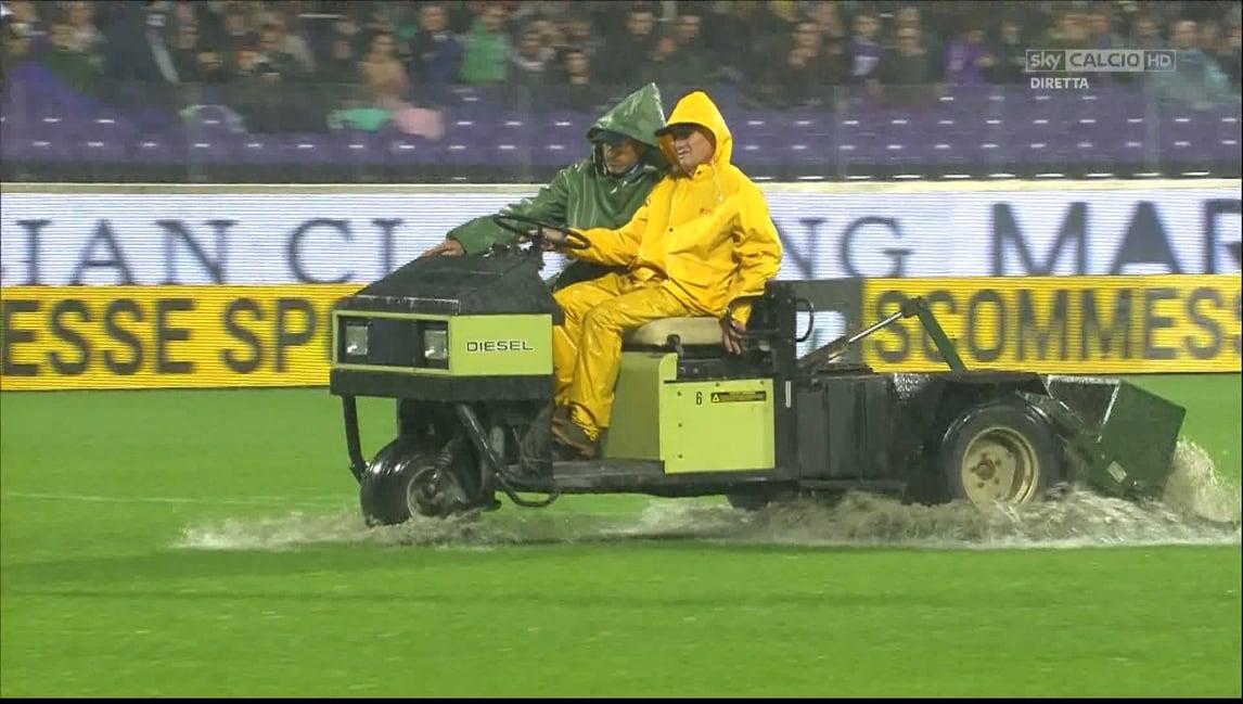 FOTO Fiorentina-Crotone, lame meccaniche per drenare il campo