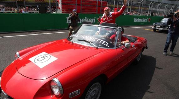 Formula 1, GP Messico: il giro d'onore di Vettel sull'Alfa Duetto
