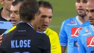 FOTO Fair Play Klose, segna di mano e lo dice all'arbitro