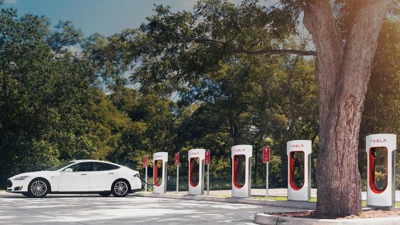 Tesla, i Supercharger saranno a pagamento