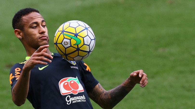 Parla il papà di Neymar: «Chi lo vuole paghi 430 milioni di euro»