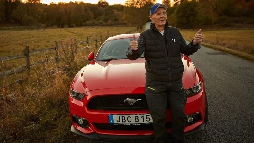 A 97 anni si regala una Ford Mustang V8 da 421 cv