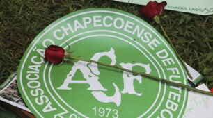 I tifosi della Chapecoense si radunano allo stadio dopo la tragedia