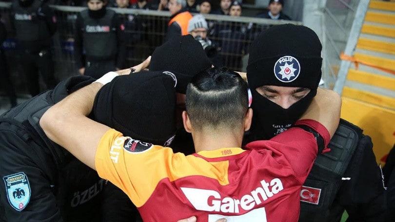 Galatasaray, l'abbraccio di Oztekin ai poliziotti dopo l'attentato