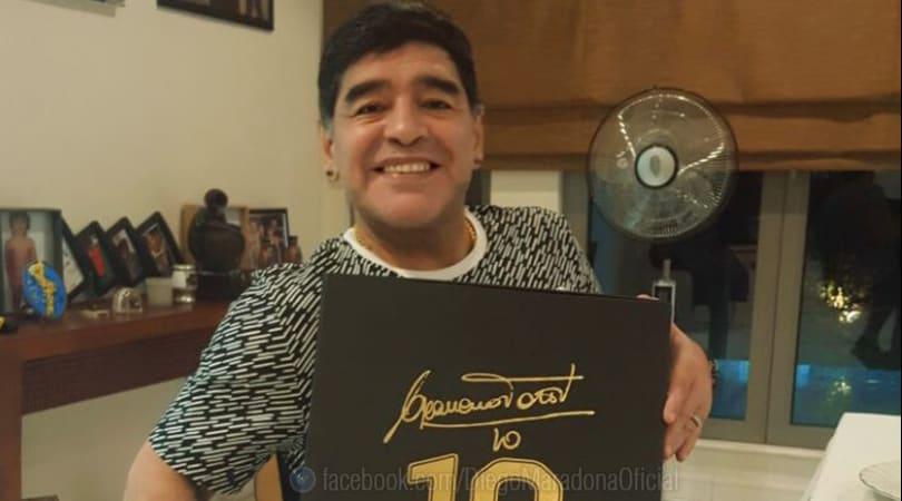 Maradona riceve la maglia di Totti: «Sei un grande!»