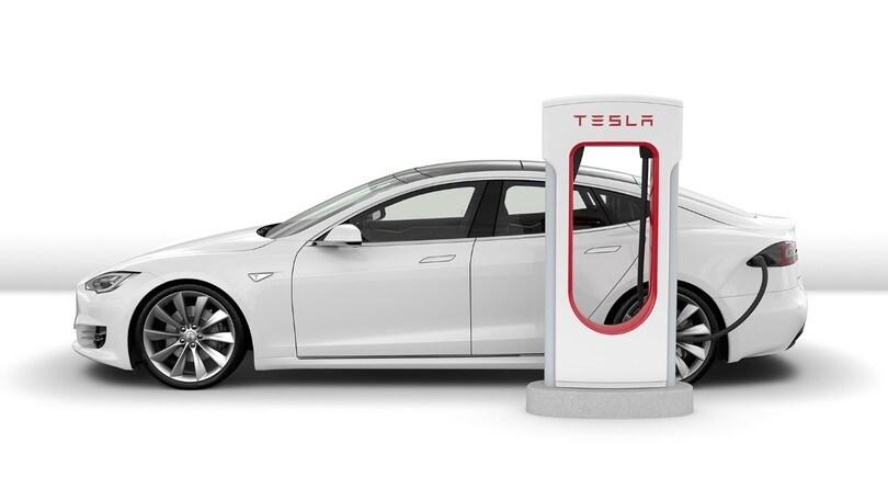 Tesla, piccoli passi verso la guida autonoma