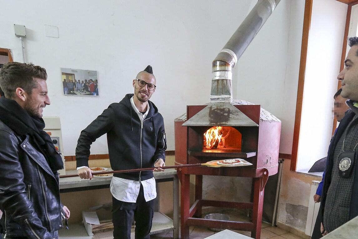 Hamsik, Mertens e Pavoletti a Nisida: «Qui fanno la pizza col cuore»